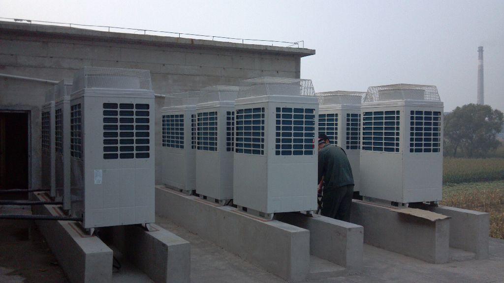 其室外机包括压缩机、冷凝器、蒸发器、离心风机、轴流风机、热力膨胀阀、换向阀、除霜控制器等。室内机只有风管和风口,室内环境无机械噪声。安装时只须将室外机的出风口和回风口同室内风管连接即可。此类机组大多安装在屋顶,称为屋顶式空调机;也可安装在墙边或窗外。同时,室外机配有新风进口,可调节室内空气品质。相对于其他家庭中央空调,风管式系统的特点是初投资较小,便于引入新风,改善室内空气品质;但风管式系统的空气输配系统所占用的建筑物空间较大,还应考虑风管穿越墙体问题。